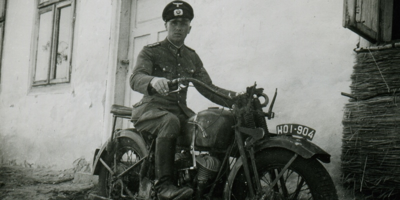 Polski wojskowy motocykl CWS M111 (Sokół 1000 M111) w rękach niemieckich. Na błotniku przednim polska przedwojenna tablica rejestracyjna. Zdjęcie wykonane w czerwcu 1940 roku