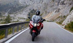 Motocyklista na górskiej drodze