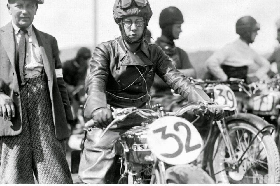 Hilda Szusterówna na motocyklu BSA 250