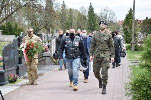 Uczestnicy Rajdu Weteranów w drodze na groby Kolegów. Fot. 1WBPanc