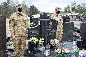 Warta honorowa przy grobie mjr. Krzysztofa Woźniaka. Fot. 1WBPanc