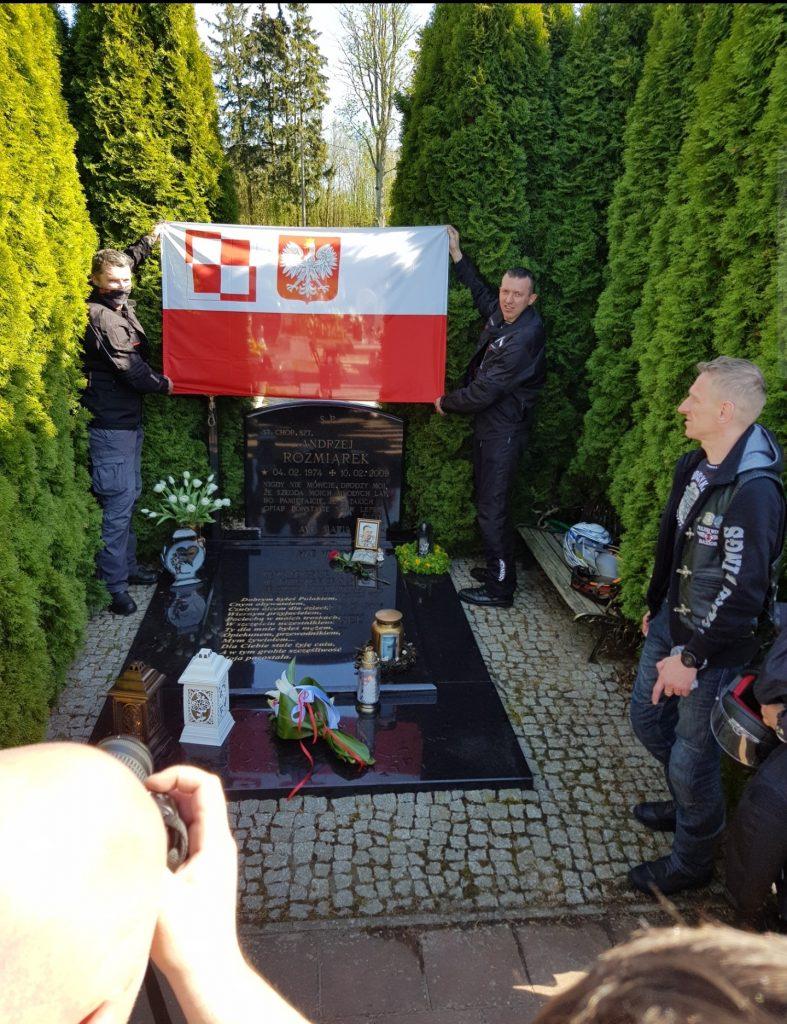 Rajd Weteranów lotnicy nad grobowcem poległego na misji żołnierza