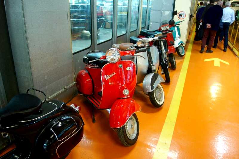 Wystawa motoryzacyjna w dawnych halach produkcyjnych Fabryki Samochodów Osobowych na Żeraniu